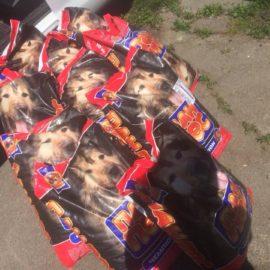 Das Tierheim Lora freut sich über 10 Säcke Trockenfutter von PAWU